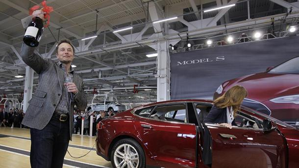 Tesla reveals its first profit while curbing the lowest-range Model S