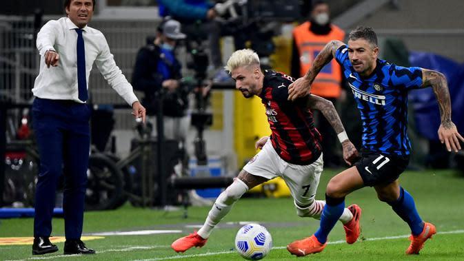Penyerang AC Milan, Samuel Castillejo, berebut bola dengan bek Inter Milan, Aleksandar Kolarov, pada laga lanjutan Liga Italia di Stadion San Siro, Sabtu (17/10/2020) malam WIB. AC Milan menang 2-1 atas Inter Milan. (AFP/Miguel Medina)
