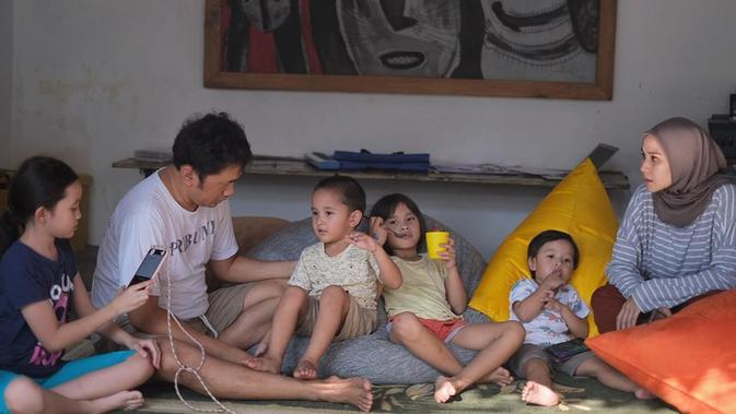Zaskia Adya Mecca dan Hanung Bramantyo bersama keempat buah hati mereka. (dok. Instagram @zaskiadyamecca/https://www.instagram.com/p/B_EeV-5H1so/Putu Elmira)