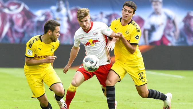 Pemain Borussia Dortmund, Raphael Guerreiro, berebut bola dengan pemain RB Leipzig, Timo Werner, pada laga Bundesliga di Red Bull Arena Sabtu (20/6/2020). RB Leipzig takluk 0-2 dari Borussia Dortmund. (AP/Jens Meyer)