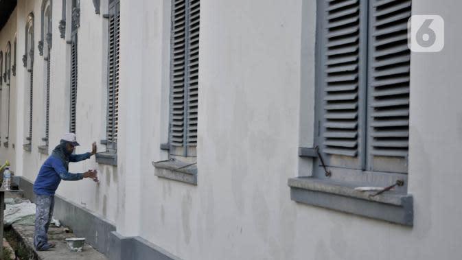 Pekerja saat menyelesaikan pembersihan dan perawatan gedung Museum Kebangkitan Nasional, Jakarta, Senin (8/6/2020). Pengelola menyiapkan standar protokol kesehatan jelang dibuka kembali untuk umum saat masa PSBB Transisi guna memutus penyebaran Covid-19. (merdeka.com/Iqbal S Nugroho)