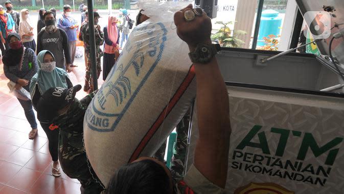 Warga antre menggunakan ATM Pertanian Si Komandan untuk mendapatkan beras gratis di Kodim 0606/Kota Bogor, Jawa Barat, Minggu (26/4/2020). Kementerian Pertanian bersama Bank BNI, dan TNI AD menempatkan ATM beras gratis di sejumlah Kodim di wilayah Jabodetabek. (merdeka.com/Arie Basuki)