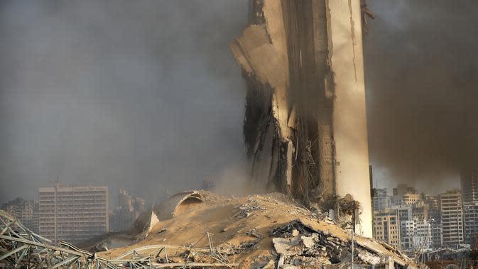 Puing-puing bangunan setelah setelah ledakan besar di Beirut, Lebanon, Selasa, (4/8/2020). Saksi mata melihat banyak orang terluka oleh kaca terbang dan puing-puing akibat ledakan besar tersebut. (AP Photo/Hussein Malla)