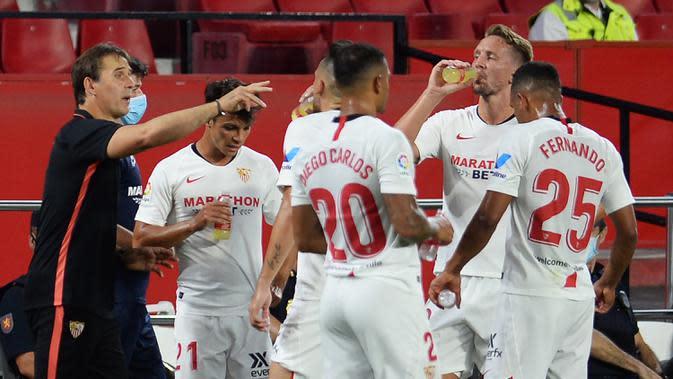 Pelatih Sevilla, Julen Lopetegui, memberikan arahan kepada pemainnya saat menghadapi Eibar pada laga lanjutan La Liga pekan ke-34 di Estadio Ramon Sanchez Pizjuan, Selasa (7/7/2020) dini hari WIB. Sevilla menang 1-0 atas Eibar. (AFP/Cristina Quicler)
