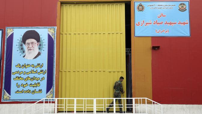 Seorang tentara Angkatan Darat Iran bekerja di rumah sakit sementara khusus pasien virus corona COVID-19 di Teheran, Iran, Kamis (26/3/2020). Hingga saat ini, Iran masih mengesampingkan bantuan dari negara asing, walau kasus kematiannya sudah mencapai 2.000 lebih. (AP Photo/Ebrahim Noroozi)