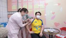林右昌率多位局處首長及區長接受施打COVID-19疫苗