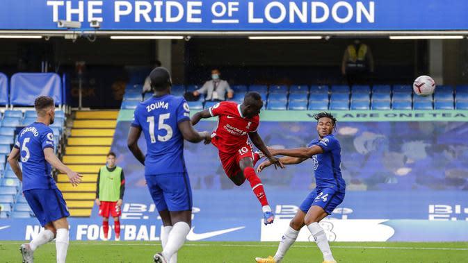 Penyerang Liverpool, Sadio Mane, mencetak gol ke gawang Chelsea pada laga Liga Inggris di Stadion Stamford Bridge, Minggu (20/9/2020). Liverpool menang dengan skor 2-0. (AP Photo/Matt Dunham, Pool)