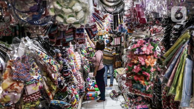 Aktivitas salah satu lapak di Pasar Gembrong Baru, Cipinang, Jakarta, Jumat (25/9/2020). Para pedagang mengatakan akibat pandemi covid-19 ini omzetnya turun hingga 80 persen, mereka pun berharap masih diperbolehkan berjualan meski PSBB Jakarta kembali diperpanjang. (Liputan6.com/Faizal Fanani)