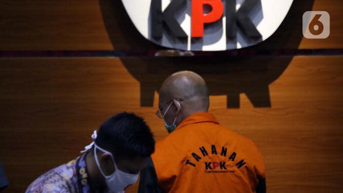 Direktur PT Humpuss Transportasi Kimia (HTK) Taufik Agustono (kanan) usai dihadirkan dalam rilis penahanan tersangka suap kerjasama pengangkutan bidang pelayaran di Gedung KPK, Jakarta, Jumat (26/6/2020). Taufik Agustono akan menjalani penahanan di Rutan KPK C1. (Liputan6.com/Helmi Fithriansyah)