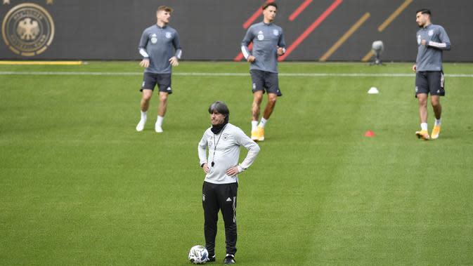 Pelatih Timnas Jerman, Joachim Loew, memperhatikan pemainnya saat sesi latihan jelang berlaga di UEFA Nations League di Stuttgart, Jerman, Rabu (3/9/2020). Jerman akan berhadapan dengan Spanyol. (AFP/Thomas Kienzle)