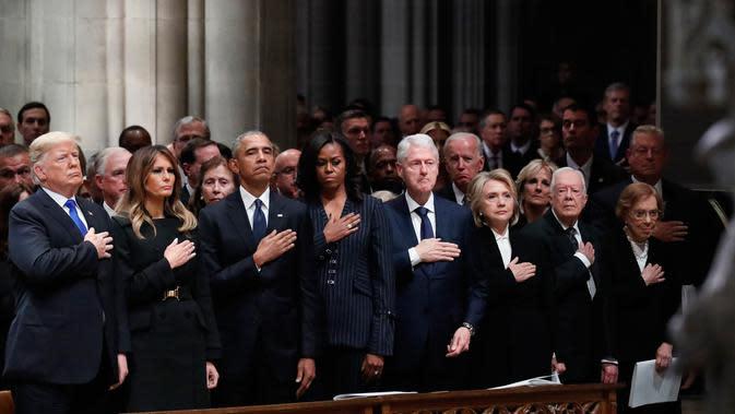 Presiden AS Donald Trump bersama mantan presiden Barack Obama, mantan presiden Bill Clinton dan mantan presiden Jimmy Carter menghadiri prosesi pemakaman kenegaraan George HW Bush di Katedral Nasional Washington, Rabu (5/12). (AP/Alex Brandon, Pool)