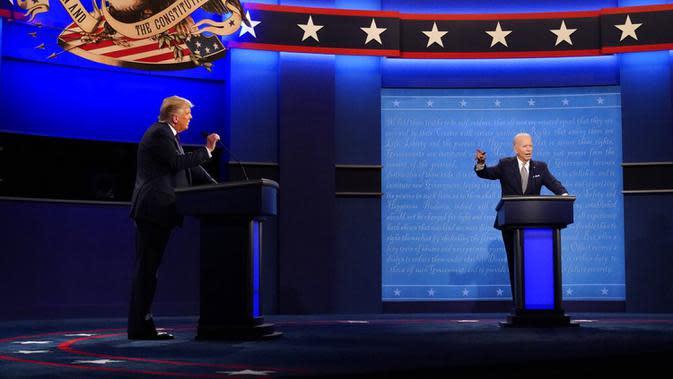 Presiden Donald Trump (kiri) dan calon presiden dari Partai Demokrat, mantan Wakil Presiden Joe Biden (kanan) saat debat presiden pertama di Case Western University and Cleveland Clinic, Cleveland, Ohio, Selasa (29/9/2020). (AP Photo/Julio Cortez)