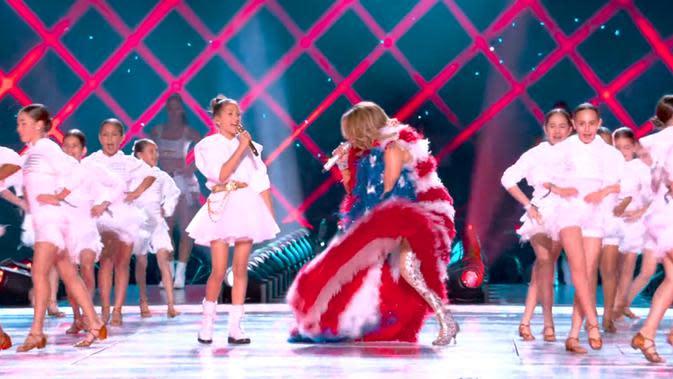 Emme Maribel dan Jennifer Lopez tampil dalam Super Bowl 2020. (Tangkapan layar YouTube/ NFL)