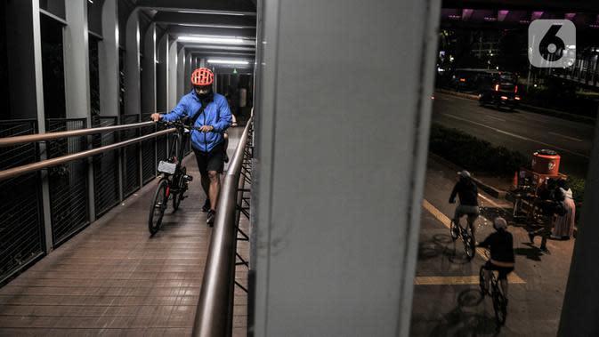 Aktivitas pesepeda saat berkeliling di kawasan Sudirman, Jakarta, Minggu (13/9/2020). Hingga hari Minggu (13/9/2020), tercatat kasus positif Covid-19 di DKI Jakarta mencapai 54.864 jiwa. (merdeka.com/Iqbal S. Nugroho)