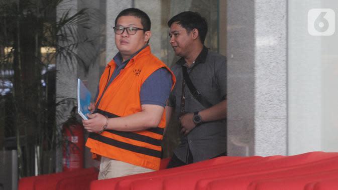 Tersangka pengusaha Chandry Suanda alias Afung berjalan keluar Gedung KPK usai pemeriksaan di Jakarta, Rabu (6/11/2019). Penyuap anggota DPR F-PDIP I Nyoman Dhamantra itu diperiksa untuk melengkapi berkas kasus dugaan suap pengurusan izin impor bawang putih tahun 2019. (merdeka.com/Dwi Narwoko)