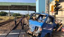 小貨車平交道遭區間車撞及 駕駛稱柵欄突降下