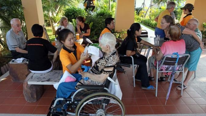Tamu Swiss dengan penyakit Alzheimer di rumah perawatan di Chiang Mai, Thailand. (Liputan6/Apichart Weerawong/AP)
