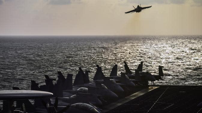 Sebuah jet tempur F18 lepas landas dari kapal induk Harry S Truman di Laut Mediterania Timur (8/5). Kapal Harry S Truman adalah kapal induk kelas Nimitz kedelapan dari Angkatan Laut Amerika Serikat. (AFP/Aris Messinis)