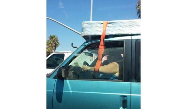 Kelakuan Nyeleneh saat Mengendarai Mobil (Sumber: Brilio)