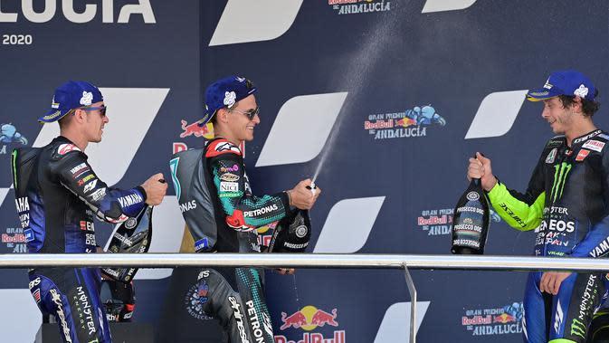 Tiga pembalap Yamaha di podium MotoGP Andalusia: Maverick Vninales, Fabio Quartararo, dan Valentino Rossi. (JAVIER SORIANO / AFP)