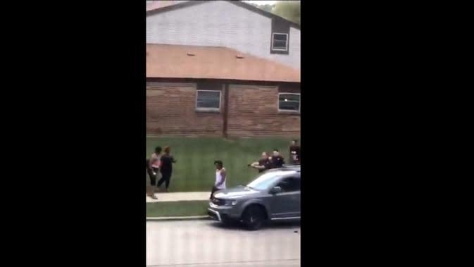 Detik-detik penembakan Jacob Blake oleh polisi di Wisconsin. Dok: Twitter @nolimitchrizi