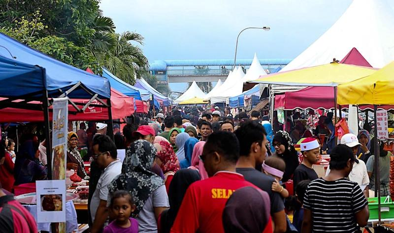 Crowds flock to the Ramadan bazaar in Kg Kanchong Darat to buy food for the breaking of fast, Banting in this file picture taken on May 22, 2019. — Picture by Sayuti Zainudin