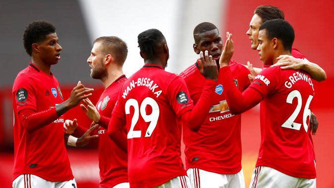 Para pemain Manchester United merayakan gol yang dicetak oleh Mason Greenwood ke gawang Bournemouth pada laga Premier League di Stadion Old Trafford Sabtu (4/6/2020). Manchester United menang 5-2 atas Bournemouth. (AP/Clive Brunskill)