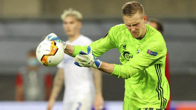 Kiper Copenhagen, Karl-Johan Johnsson, saat melawan Manchester United pada laga Liga Europa di Stadion Rhein Energie, Senin (10/8/2020). MU menang tipis 1-0 atas Copenhagen. (Wolfgang Rattay/Pool via AP)