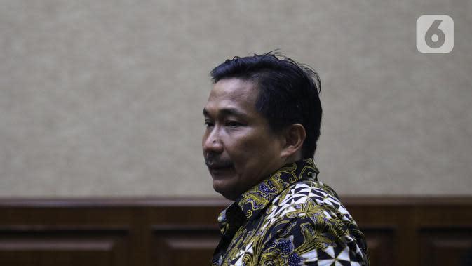 Terdakwa penerima gratifikasi terkait kerjasama jasa pelayaran, Bowo Sidik Pangarso bersiap menjalani sidang pembacaan putusan di Pengadilan Tipikor Jakarta, Rabu (4/12/2019). Bowo divonis 5 tahun penjara dan denda Rp 250 juta subsider 4 bulan kurungan. (Liputan6.com/Helmi Fithriansyah)