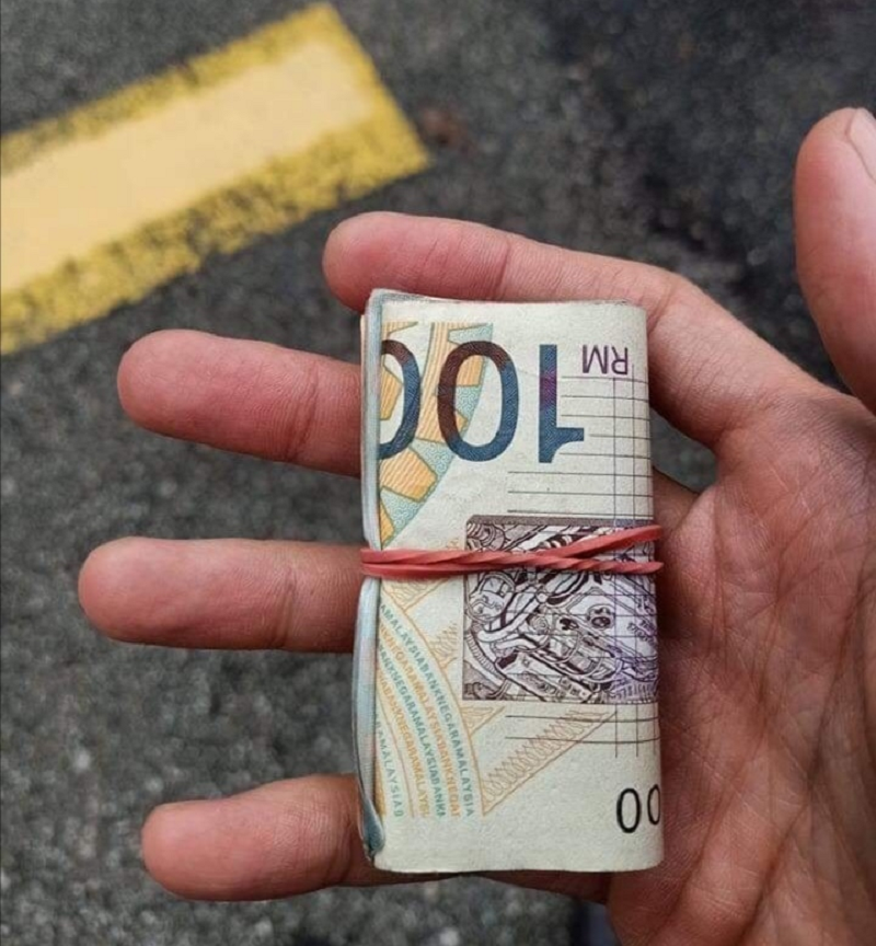 Shazwan Khalid found a bundle of cash while on his way to work at Ulu Tiram, Johor Baru on Wednesday. ― Picture via Facebook/Shazwan Khalid