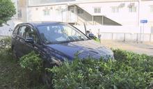 灣仔一輛私家車鏟上花槽 男司機不治