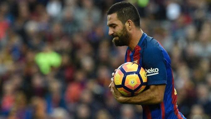 Gelandang Barcelona Arda Turan menunjukkan raut muka kecewa saat laga melawan Malaga di Camp Nou, Barcelona, Sabtu (19/11/2016). (AFP/Lluis Gene)