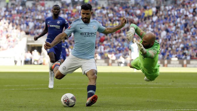 Striker Manchester City Sergio Aguero (kiri) menembak ke gawang Chelsea yang dijaga Willy Caballero pada laga Community Shield di Wembley Stadium, Minggu (5/8/2018). (AP Photo/Tim Ireland)