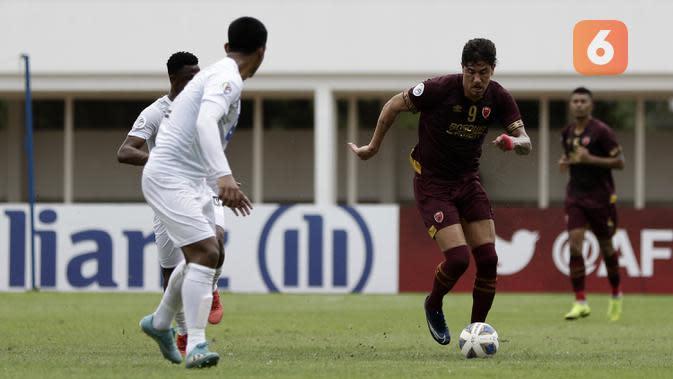 Striker PSM Makassar, Giancarlo Rodrigues, berusaha melewati pemain Shan United pada laga Piala AFC 2020 di Stadion Madya, Senayan, Jakarta, rabu (26/2). PSM menang 3-1 atas Shan United. (Bola.com/Yoppy Renato)