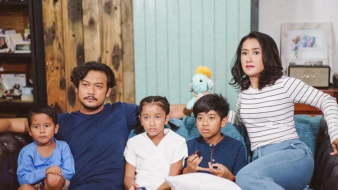 Potret Keluarga Dwi Sasono dan Widi Mulia. (Sumber: Instagram @thesasonosfam)