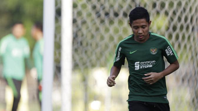Pemain Timnas Indonesia U-22, Evan Dimas, berlatih terpisah karena cedera di Lapangan F Senayan, Jakarta, Jumat (15/11). Latihan ini persiapan jelang Sea Games 2019 Filipina. (Bola.com/Vitalis Yogi Trisna)