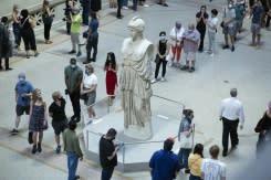 Warga New York rayakan pembukaan kembali Museum Metropolitan sebagai tanda pulihnya kehidupan
