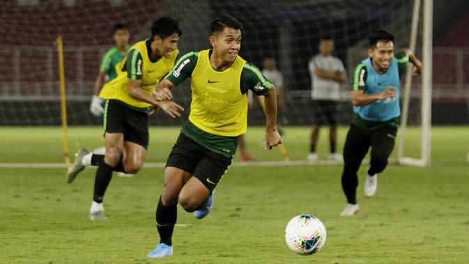 Pemain Timnas Indonesia, Febri Haryadi, menggiring bola saat latihan jelang laga kualifikasi Piala Dunia di SUGBK, Jakarta, Senin (2/9). Indonesia akan berhadapan dengan Malaysia. (Bola.com/M Iqbal Ichsan)
