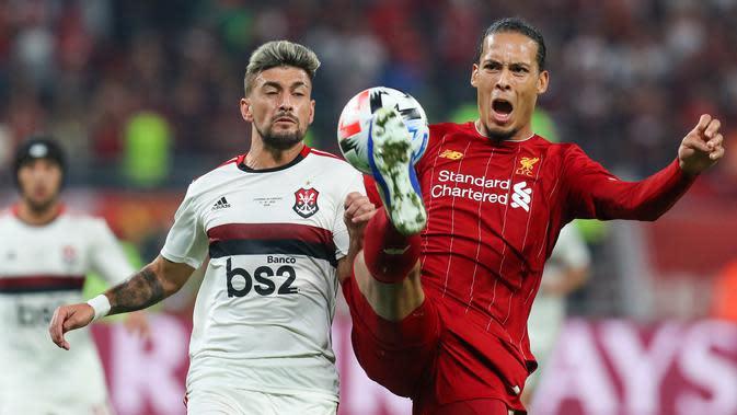 Virgil van Dijk - Van Dijk menjadi bek terbaik di dunia saat berseragam Liverpool. Selama berlaga di Premier League, van Dijk memiliki catatat 185 kemenangan duel dan 55 persen kesuksesan tackle. (AFP/Karim Jaafar)
