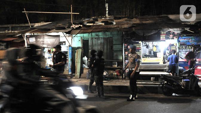 Tim Eagle One Sat Reskrim Polres Jakarta Selatan melakukan penyisiran saat Operasi Premanisme Skala Besar Gabungan di kawasan Manggarai, Jakarta, Rabu (6/11/2019). Operasi tersebut digelar untuk menjaga keamanan dan ketertiban wilayah rawan aksi kriminal atau premanisme. (merdeka.com/Iqbal Nugroho)
