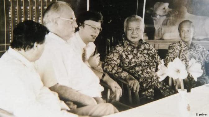 Berthold Damshäuser (tengah) menjadi penerjemah Presiden ke-2 RI Soeharto dengan pihak Jerman. (Pribadi/DW)