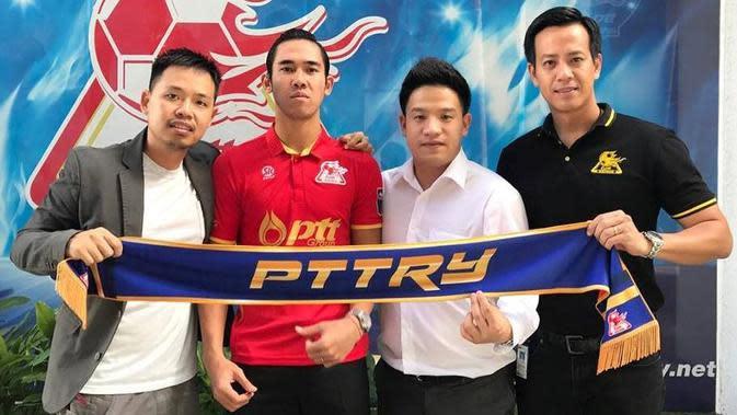 Gabriel Budi (kiri), bersama Ryuji Utomo ketika resmi berkostum klub Divisi 2 Thailand, PTT Rayong, pada 2017 lalu. (Bola.com/Dokumen pribadi Gabriel Budi)