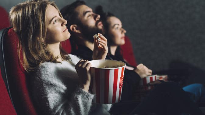 Ilustrasi menonton film di bioskop. Credit: freepik.com