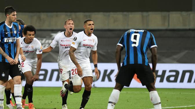 Penyerang Inter Milan, Romelu Lukaku, menjadi pahlawan sekaligus pecundang saat timnya kalah 2-3 dari Sevilla pada laga final Liga Europa, di RheinEnergieStadion, Koln, Sabtu (22/8/2020) dini hari WIB. (Lars Baron / POOL / AFP)