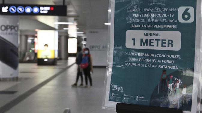 Pesan imbauan menghadapi virus corona COVID-19 terlihat di stasiun Mass Rapid Transit (MRT) di Jakarta, Sabtu (21/3/2020). Selain pembatasan jam operasional MRT, Pemerintah Provinsi DKI Jakarta juga membatasi jumlah penumpang per kereta. (Liputan6.com/Johan Tallo)