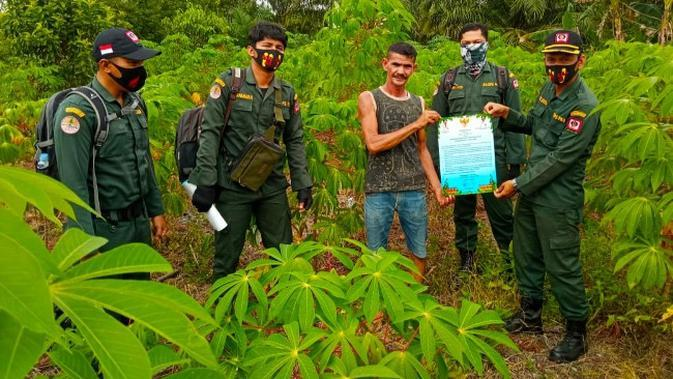 Personel Manggala Agni Riau mensosialisasikan bahaya kebakaran lahan kepada masyarakat di tengah pandemi Covid-19. (Liputan6.com/Istimewa)