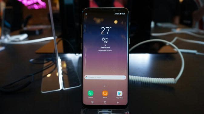 Penjualan perdana Samsung Galaxy S8 dan Galaxy S8 Plus di mal Grand Indonesia, Jakarta, Jumat (5/5/2017). (Liputan6.com/Agustin Setyo Wardani)