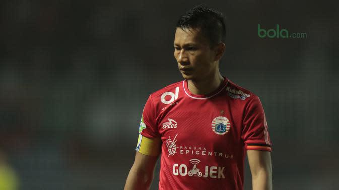 Pemain Persija Jakarta, Ismed Sofyan saat melawan Persipura Jayapura pada lanjutan Liga 1 Gojek bersama Bukalapak di Stadion Pakansari, Bogor, (25/5/2018). (Bola.com/Nick Hanoatubun)