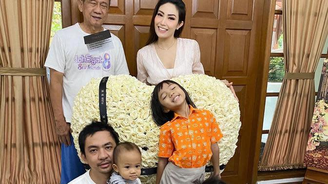 Momen Perayaan Ulang Tahun Ayu Dewi yang ke-36. (Sumber: Instagram/mrsayudewi)