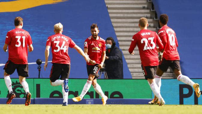 Para pemain Manchester United merayakan gol yang dicetak oleh Bruno Fernandes ke gawang Brighton Hove Albion pada laga Liga Inggris, Sabtu (26/9/2020). Setan Merah menang dengan skor 3-2. (John Sibley/Pool via AP)